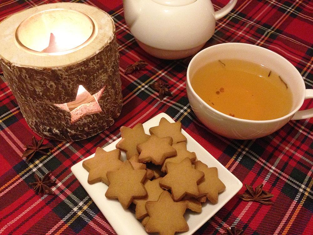 Kalėdinė arbata su sausainiais